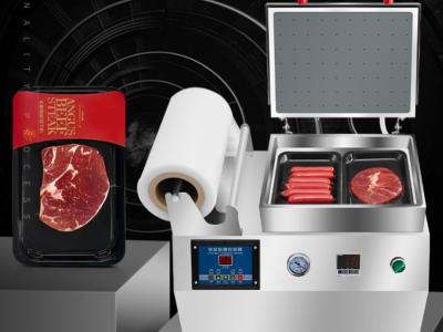 小型盒装食品包装机_饭店生蚝肉覆膜保鲜膜封盒机